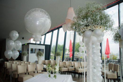 Ballonnen pilaar met bloemen